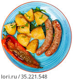 Fried homemade sausages with baked potatoes and baked pepper. Стоковое фото, фотограф Яков Филимонов / Фотобанк Лори