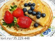 Блины со свежими ягодами. Стоковое фото, фотограф Dmitry29 / Фотобанк Лори