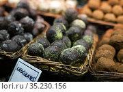 chocolate truffle balls on market counter. Стоковое фото, фотограф Татьяна Яцевич / Фотобанк Лори