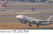 DragonAir Airbus A330 departure from Hong Kong (2019 год). Редакционное видео, видеограф Игорь Жоров / Фотобанк Лори