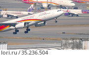 Hongkong Airlines Airbus A330 departing from Hong Kong (2019 год). Редакционное видео, видеограф Игорь Жоров / Фотобанк Лори