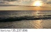 The Mediterranean sea with waves rolled up on the sandy beach at sun down. The Alanya resort, Turkey. Стоковое видео, видеограф Кекяляйнен Андрей / Фотобанк Лори