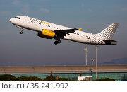 Vueling airbus EC-LUN soaring from El Prat Airport (2020 год). Редакционное фото, фотограф Яков Филимонов / Фотобанк Лори