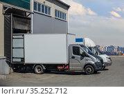 Trucks loading at the gates of the warehouse. Стоковое фото, фотограф Юрий Бизгаймер / Фотобанк Лори