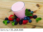 Milkshake with berries and mint. Стоковое фото, фотограф Яков Филимонов / Фотобанк Лори