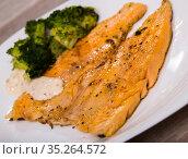 Dish of tasty steak of fried rainbow trout fillet with broccoli. Стоковое фото, фотограф Яков Филимонов / Фотобанк Лори