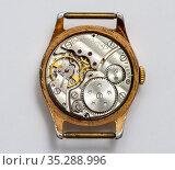 Механизм старых наручных часы Победа. Редакционное фото, фотограф Игорь Низов / Фотобанк Лори