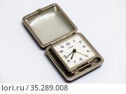 Старые дорожные часы будильнмк Emes на светлом фоне. Редакционное фото, фотограф Игорь Низов / Фотобанк Лори