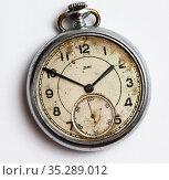 Старинные, карманные часы Зим на светлом фоне. Редакционное фото, фотограф Игорь Низов / Фотобанк Лори