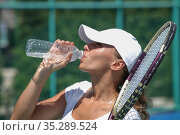 Female tennis player drinking water. Стоковое фото, фотограф Иван Михайлов / Фотобанк Лори