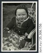 Europa, Deutschland, Hamburg, Kleinkind sitzt in seiner Kinderkarre... Редакционное фото, фотограф Historisches Auge Ralf Feltz / age Fotostock / Фотобанк Лори