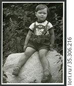 Europa, Deutschland, Hamburg, kleiner Junge in Lederhose sitzt auf... Редакционное фото, фотограф Historisches Auge Ralf Feltz / age Fotostock / Фотобанк Лори