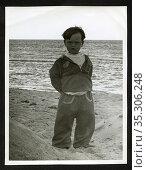 Europa, Deutschland, kleiner Junge am Strand der Ostsee , er trägt... Редакционное фото, фотограф Historisches Auge Ralf Feltz / age Fotostock / Фотобанк Лори