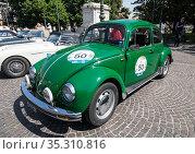 Demonstration of retro cars in Verona, Volkswagen beetle (Volkswagen Käfer). Italy (2017 год). Редакционное фото, фотограф Наталья Волкова / Фотобанк Лори