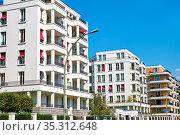 Moderne weiße Apartmenthäuser im Bezirk Prenzlauer Berg in Berlin. Стоковое фото, фотограф Zoonar.com/elxeneize / easy Fotostock / Фотобанк Лори