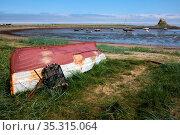 Upturned Rowing Boat on Holy Island. Стоковое фото, фотограф Zoonar.com/Phil Bird / easy Fotostock / Фотобанк Лори