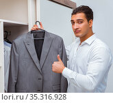 Businessman dressing up for work. Стоковое фото, фотограф Elnur / Фотобанк Лори