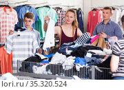 People at the clearance sale shop. Стоковое фото, фотограф Яков Филимонов / Фотобанк Лори