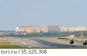 Boeing 747 wing against the background of a plane taking off. Редакционное видео, видеограф Игорь Жоров / Фотобанк Лори