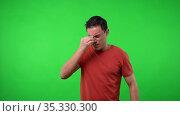 Man with headache. Chroma green background. Стоковое видео, видеограф Iván Moreno / Фотобанк Лори