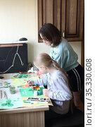 Девочки оформляют школьный,праздничный плакат к Дню святого Патрика. Стоковое фото, фотограф Марина Володько / Фотобанк Лори