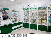 Витрина с аптечными товарами в аптеке (2020 год). Редакционное фото, фотограф Victoria Demidova / Фотобанк Лори