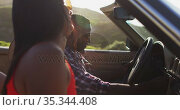 African american couple using map while sitting in convertible car. Стоковое видео, агентство Wavebreak Media / Фотобанк Лори