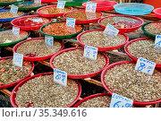 Verschiedene Arten von Muscheln zum Verkauf auf einem Markt. Стоковое фото, фотограф Zoonar.com/elxeneize / easy Fotostock / Фотобанк Лори