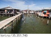 Coastal view of the poor district of Kota Kinabalu, Malaysia (2019 год). Стоковое фото, фотограф EugeneSergeev / Фотобанк Лори