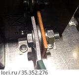 Использование стальной шайбы при соединении меди и алюминия в электрике. Стоковое фото, фотограф Вячеслав Палес / Фотобанк Лори