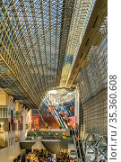 KYOTO, JAPAN, JANUARY - 2019 - Interior view of famous kyoto station... Стоковое фото, фотограф Zoonar.com/Daniel Ferreira-Leites Ciccarino / age Fotostock / Фотобанк Лори