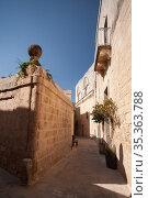 Street perspective view at sunny day. Malta, Rabat (2019 год). Стоковое фото, фотограф EugeneSergeev / Фотобанк Лори