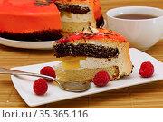 Бисквитный торт с малиной.Кусок торта с ягодами на белой тарелке и чашка с чаем. Стоковое фото, фотограф ирина реброва / Фотобанк Лори