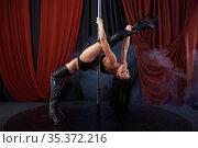 Sexy showgirl with perfect stretching, pole dance. Стоковое фото, фотограф Tryapitsyn Sergiy / Фотобанк Лори