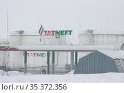 10-02-2021 KAZAN, RUSSIA: the TATNEFT campaign gas station in winter in bad weather. Редакционное фото, фотограф Константин Шишкин / Фотобанк Лори
