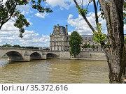 Summer Paris, embankment of the Seine. (2018 год). Редакционное фото, фотограф Сергей Дрозд / Фотобанк Лори
