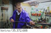 Lubricating and cleaning the barrel of rifle in a gun workshop. Стоковое видео, видеограф Яков Филимонов / Фотобанк Лори