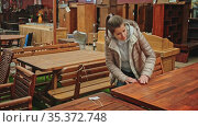 Woman chooses table in furniture store. Стоковое видео, видеограф Яков Филимонов / Фотобанк Лори