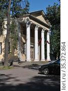 Культурно-досуговый клуб «Восток» (1948 года постройки). Западная улица, 1. Микрорайон Посёлок Восточный. Город Москва (2012 год). Редакционное фото, фотограф lana1501 / Фотобанк Лори