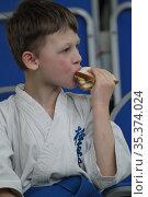 Соревнования по карате, мальчик кушает бутерброд. Редакционное фото, фотограф Дмитрий Неумоин / Фотобанк Лори