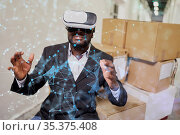 Netzwerk Visualisierung durch afrikanischen Geschäftsmann mit Virtual... Стоковое фото, фотограф Zoonar.com/Robert Kneschke / age Fotostock / Фотобанк Лори