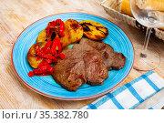 Veal steak with grilled potato and pepper. Стоковое фото, фотограф Яков Филимонов / Фотобанк Лори