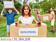 Kinder beim Spenden sammeln für eine Kleidersammlung als freiwillige... Стоковое фото, фотограф Zoonar.com/Robert Kneschke / age Fotostock / Фотобанк Лори