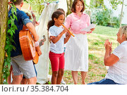 Mädchen spielt Flöte in einer Kinder Band beim Talentshow Auftritt... Стоковое фото, фотограф Zoonar.com/Robert Kneschke / age Fotostock / Фотобанк Лори
