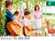 Gruppe Kinder als Musik Band mit Gitarren bei Talentshow Auftritt... Стоковое фото, фотограф Zoonar.com/Robert Kneschke / age Fotostock / Фотобанк Лори