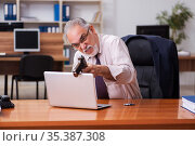 Businessman in the office playing games. Стоковое фото, фотограф Elnur / Фотобанк Лори