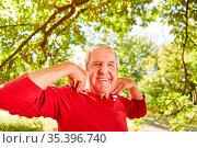 Glücklicher Senior macht eine Atemübung für Wohlfühlen und Gesundheit... Стоковое фото, фотограф Zoonar.com/Robert Kneschke / age Fotostock / Фотобанк Лори