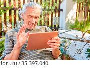 Senior Mann als Rentner mit Tablet Computer online beim Videochat... Стоковое фото, фотограф Zoonar.com/Robert Kneschke / age Fotostock / Фотобанк Лори