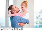 Vater und Tochter haben gemeinsam Spaß zu Hause. Стоковое фото, фотограф Zoonar.com/Robert Kneschke / age Fotostock / Фотобанк Лори