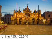 Вид на средневековый собор Сан-Марко ранним утром. Венеция, Италия (2017 год). Стоковое фото, фотограф Виктор Карасев / Фотобанк Лори